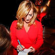NLD/Aalsmeer/20120125 - Persconferentie the Voice Kids, Angela Groothuizen deelt handtekeningen uit