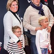 NLD/Amsterdam/20161120 - premiere Ciske de Rat de Musical, Herman den Blijker en partner Jacqueline Doesburg en kinderen