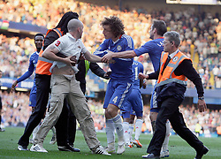30.04.2011, Stamford Bridge, London, ENG, PL, FC Chelsea vs Tottenham Hotspur, im Bild David Luiz of Chelsea  and Didier Drogba of Chelsea  invite to the calm with the stewart handling the supporter that invaded the pitch  during Chelsea Fc  vs Tottenham fc for the EPL at Stamford Bridge   in London  on 30/04/2011. EXPA Pictures © 2011, PhotoCredit: EXPA/ IPS/ Marcello Pozzetti +++++ ATTENTION - OUT OF ENGLAND/UK and FRANCE/FR +++++