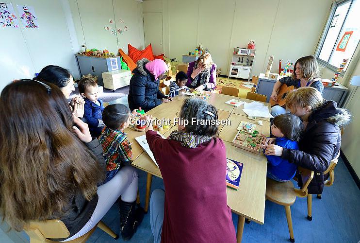 Nederland, Nijmegen, 3-3-2016De peuteropvang, kinderopvang in kamp Heumensoord  . Kleine kinderen worden hier door vrijwilligers en ouders opgevangen en beziggehouden.FOTO: FLIP FRANSSEN