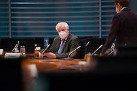 DEU, Deutschland, Germany, Berlin, 16.12.2020: Bundesinnenminister Horst Seehofer (CSU) mit Mund-Nase-Bedeckung vor Beginn der 124. Kabinettsitzung im Bundeskanzleramt. Aufgrund der Coronakrise findet die Sitzung derzeit im Internationalen Konferenzsaal statt, damit genügend Abstand zwischen den Teilnehmern gewahrt werden kann.