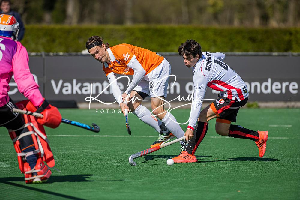 BLOEMENDAAL - Florian Fuchs (Bldaal) met Sheldon Schouten (Oranje Rood)    tijdens de hoofdklasse hockeywedstrijd heren , Bloemendaal-Oranje Rood  (3-1).  COPYRIGHT  KOEN SUYK