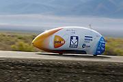 De VeloX3 van het Human Power Team Delft en Amsterdam tijdens de vijfde racedag van de WHPSC. In Battle Mountain (Nevada) wordt ieder jaar de World Human Powered Speed Challenge gehouden. Tijdens deze wedstrijd wordt geprobeerd zo hard mogelijk te fietsen op pure menskracht. Ze halen snelheden tot 133 km/h. De deelnemers bestaan zowel uit teams van universiteiten als uit hobbyisten. Met de gestroomlijnde fietsen willen ze laten zien wat mogelijk is met menskracht. De speciale ligfietsen kunnen gezien worden als de Formule 1 van het fietsen. De kennis die wordt opgedaan wordt ook gebruikt om duurzaam vervoer verder te ontwikkelen.<br /> <br /> The VeloX3 of the Human Power Team Delft and Amsterdam on the fifth day of the WHPSC. In Battle Mountain (Nevada) each year the World Human Powered Speed Challenge is held. During this race they try to ride on pure manpower as hard as possible. Speeds up to 133 km/h are reached. The participants consist of both teams from universities and from hobbyists. With the sleek bikes they want to show what is possible with human power. The special recumbent bicycles can be seen as the Formula 1 of the bicycle. The knowledge gained is also used to develop sustainable transport.