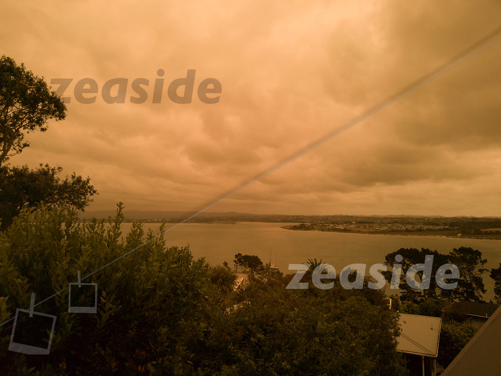 On Jan 5th 2020, the sky above Auckland turned orange / yellow, the light faded and the birds stopped singing. The apocalyptic scenery was caused by heavy smoke plumes, drifting in from the Australian fires that devastated huge swaths of Australia in the summer 2019/2020.