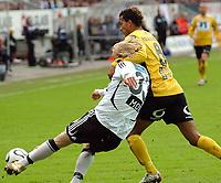 Fotball eliteserien 17.04.06 Rosenborg ( RBK ) - Start 3-0<br /> Alex Valencia, Start slet fælt med Mikael Dorsin, RBK<br /> Foto: Carl-Erik Eriksson, Digitalsport