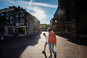Twee mannen lopen door de binnenstad van Delft.<br /> <br /> Two men walk in the city center of Delft.