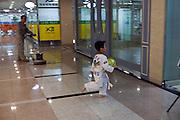 Spielendes Kind in einer Passage unter dem Express Bus Terminal im Zentrum der koreanischen Hauptstadt.<br /> <br /> Playing child in a passage under the Express Bus Terminal in the city center of the Korean capital Seoul.