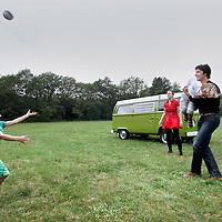 Nederland, Annen , 31 mei 2011..Dennis van Heteren, zijn vrouw en kinderen in het bosrijke Drenthe..Foto:Jean-Pierre Jans