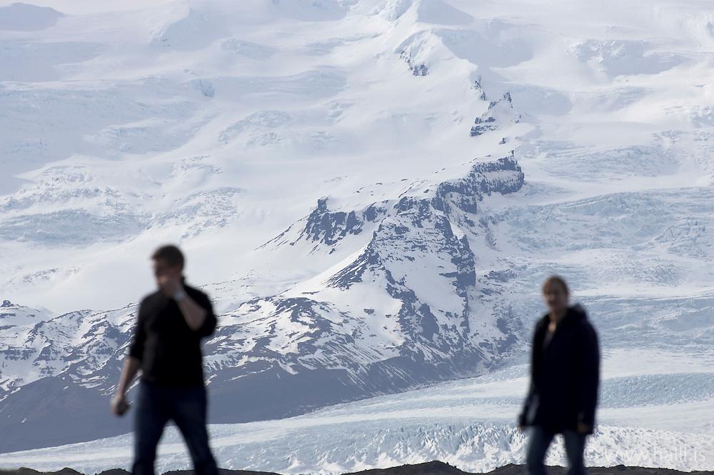 Ferðamenn virða fyrir sér Breiðamerkurjökul / Tourists relaxing and watching the glacier, Breidamerkurjkull, Iceland