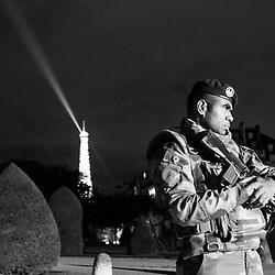 vendredi 19 août 2016, 22h07, Paris VII. Militaire posté à l'entrée de l'Hôtel des Invalides pour assurer la sécurité des spectateurs se rendant à un spectacle nocturne. <br /> <br /> Découvrir le livre Sentinelles, ils veillent sur Paris http://www.editionspierredetaillac.com/nos-ouvrages/catalogue/beaux-livres/sentinelles-ils-veillent-sur-paris