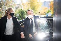 DEU, Deutschland, Germany, Berlin, 03.11.2020: Bundesgesundheitsminister Jens Spahn (CDU) kommt mit seinem Dienstwagen bei der Bundespressekonferenz an.