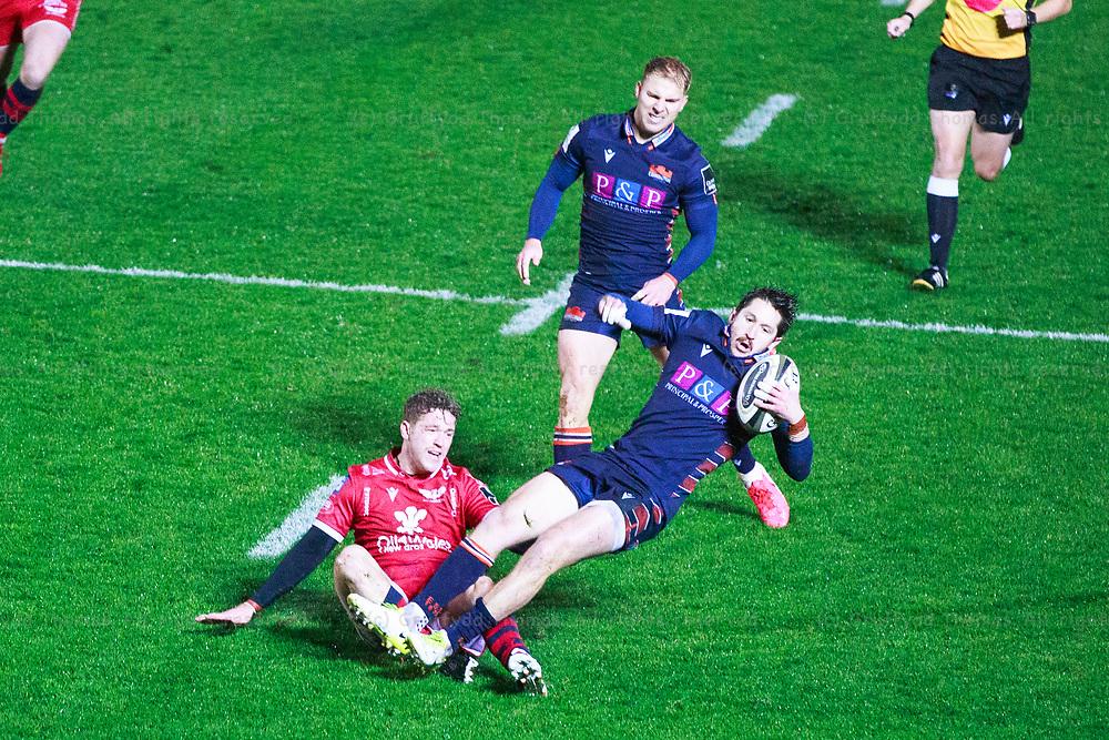 Llanelli, UK. 1 November, 2020.<br /> Edinburgh scrum half Henry Pyrgos is tackled by Scarlets fly half Angus O'Brien in the Scarlets v Edinburgh PRO14 Rugby Match.<br /> Credit: Gruffydd Thomas/Alamy Live News