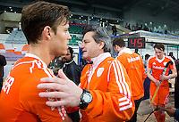 NEW DELHI -   Bondscoach Paul van Ass (m) met Jeroen Hertzberger na de gewonnen kwartfinale van  de finaleronde van de Hockey World League tussen de mannen van Nederland en Duitsland (2-1) . rechts Seve van Ass ANP KOEN SUYK
