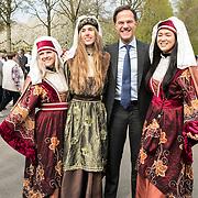 NLD/Lisse/20190417 - Minister Rutte doopt tulp inde Keukenhof, Mark Rutte met de bloemengastvrouwen van de Keukenhof
