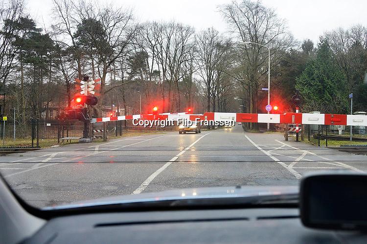Nederland, Nijmegen, 3-1-2017Een bewaakte spooorwegovergang. De spoorbomen zijn omlaag en de rode lichten knipperen. Bij deze overgang zijn enkele weken geleden twee mensen omgekomen omdat ze opzettelijk op het spoor gingen staan terwijl er een trein aankwam.Foto: Flip Franssen