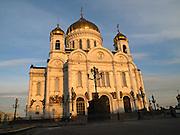 Die Christ-Erlöser-Kathedrale ist eine Kathedrale in der russischen Hauptstadt Moskau. Sie gilt als das zentrale Gotteshaus der Russisch-Orthodoxen Kirche und gehört mit 103 Metern zu den höchsten orthodoxen Sakralbauten weltweit. Die am linken Ufer der Moskwa westlich des Kremls stehende Kathedrale wurde ursprünglich 1883 erbaut, während der Stalin-Herrschaft 1931 zerstört und im Jahr 2000 originalgetreu wiedererrichtet.<br /> <br /> The Cathedral of Christ the Saviour is one of the tallest Eastern Orthodox Church in the world. It is situated in Moscow, on the bank of the Moskva River, a few blocks west of the Kremlin.