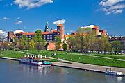 Widok na Zamek Krolewski na Wawelu, z Mostu Grunwaldzkiego.<br /> Wawel Castle in Cracow, Poland