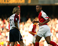 Fotball<br /> Premier League 2004/05<br /> Arsenal v Middlesbrough<br /> Highbury<br /> 22. august 2004<br /> Foto: Digitalsport<br /> NORWAY ONLY<br /> Henry gives Mendieta the stare