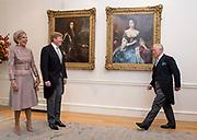 Staatsbezoek van Koning Willem Alexander en Koningin Máxima aan het Verenigd Koninkrijk<br /> <br /> Statevisit of King Willem Alexander and Queen Maxima to the United Kingdom<br /> <br /> Op de foto / On the photo: Koning Willem Alexander en koningin Maxima begroeten Charles, Prins van Wales, en Camilla, Hertogin van Cornwall in de Residentie van de Ambassadeur <br /> <br /> King Willem Alexander and Queen Maxima greet Charles, Prince of Wales, and Camilla, Duchess of Cornwall in the Residence of the Ambassador
