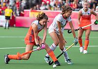 ANTWERPEN - Lidewij Welten (Ned) in duel met Alejandra Torres-Quevedo (Esp)  tijdens  hockeywedstrijd  dames,Nederland-Spanje ,   bij het Europees kampioenschap hockey.   COPYRIGHT KOEN SUYK