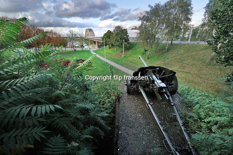 Nederland, Nijmegen, 6-10-2020  Straatbeelden van deze stad in Gelderland . Een duits anti tank kanon staat naar de waalbrug gericht . Het stond in de tweede wereldoorlog op deze plek om de brug te verdedigen tegen een geallieerde aanval . Foto: ANP/ Hollandse Hoogte/ Flip Franssen