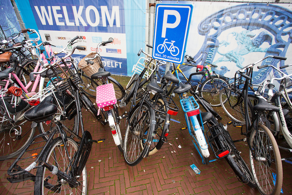 Voor het station van Delft staan fietsen op een plek waar ze maximaal dertig minuten mogen staan.<br /> <br /> In front of Delft Station bicycles are parked at a spot which allow to park for 30 minutes.