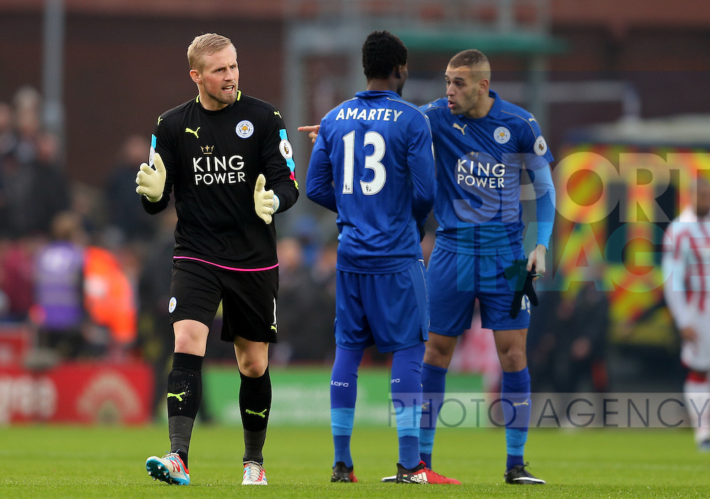 Kasper Schmeichel of Leicester City rallies the players at the start of the game during the English Premier League match at the Bet 365 Stadium, Stoke on Trent. Picture date: December 17th, 2016. Pic Simon Bellis/Sportimage