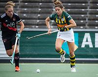 AMSTELVEEN - Flora Peel (HDM) met Hester van der Veld (Amsterdam)  tijdens de competitie hoofdklasse hockeywedstrijd dames, Amsterdam-HDM (1-1).  COPYRIGHT KOEN SUYK