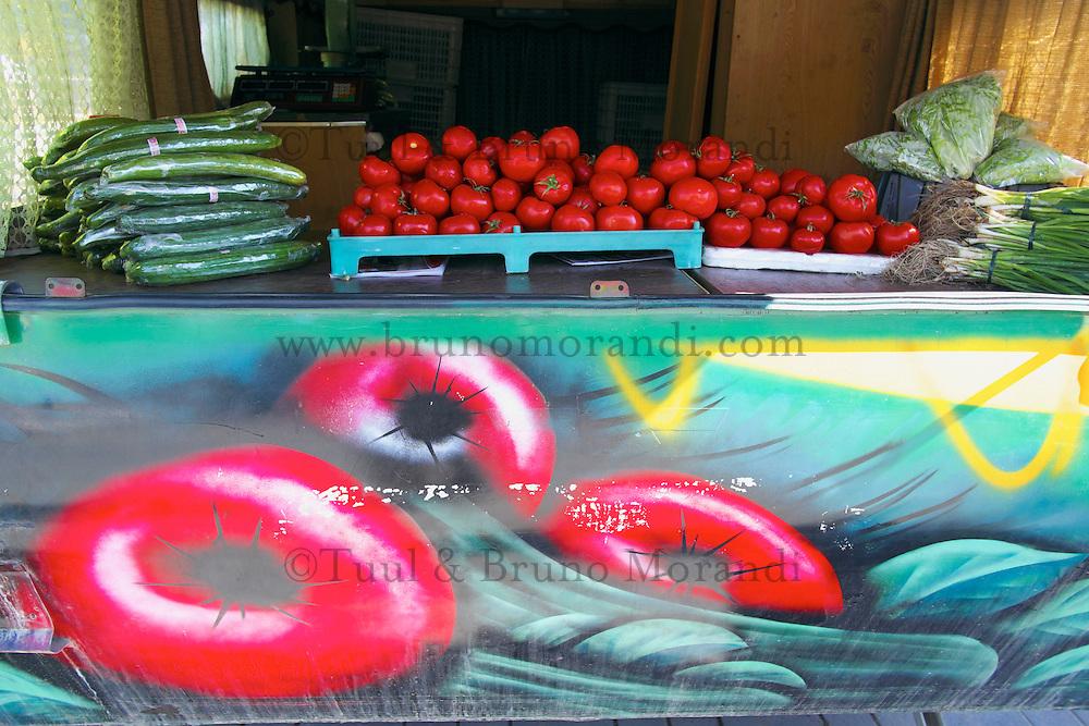Mongolie, Oulan Bator, vendeur de legumes // Mongolia, Ulan Bator, vegetable shop
