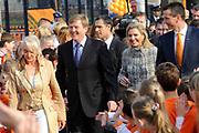 Prins Willem-Alexander en Prinses Maxima zijn op de basisscholen De Triangel en Het Palet om met een fluitsignaal de Koningsspelen te openen. Ruim 1,3 miljoen kinderen van 65.000 scholen doen mee aan deze sportdag, een cadeau van alle schoolkinderen in Nederland aan het aanstaande koningspaar. <br /> <br /> Prince Willem-Alexander and Princess Maxima are on the primary school the Triangle and Palette With a whistle they will open the games. More than 1.3 million children from 65,000 schools participate in these sports day, a gift of all schoolchildren in the Netherlands to the future King and Queen.<br /> <br /> Op de foto / On the photo:  Aankomst van de toekomstige koning en koningin <br /> <br /> Arrival of the future King and Queen