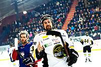 Ishockey , 6. April 2013, Sluttpill , NM , Finale <br /> Jordal Amfi , Kamp 2 ,<br /> Vålerenga Ishockey - Stavanger Oilers<br /> Lars-Peder Nagel - Oilers<br /> Tyler Donati - Vålerenga<br /> Foto: Sjur Stølen , Digitalsport