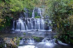 Passando pelo extremo sul da Nova Zelândia, as belezas naturais são eminentes. Uma caminhada de 20 minutos por entre uma floresta leva até Purakaunui Falls. No ano de 1905 esta cascata tornou-se uma reserva, sendo visitada frequentemente até hoje. FOTO: Lucas Uebel/Preview.com