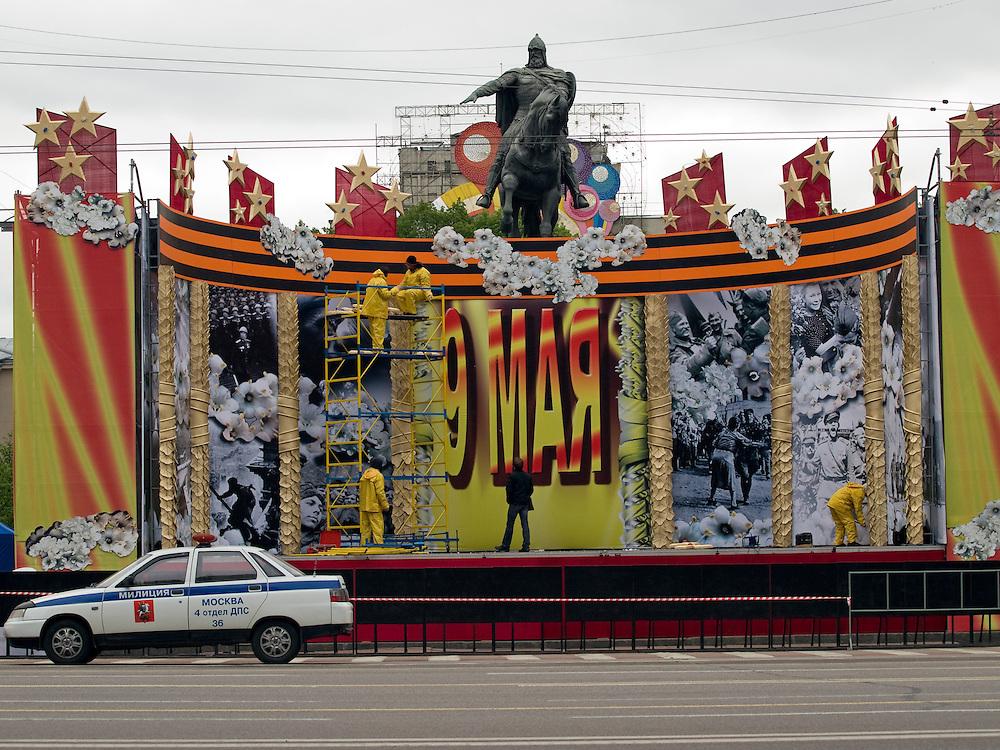 Moskau/Russische Foederation, RUS, 07.05.2008: Moskau ruestet sich zur groessten Militaerparade  in Russland seit Ende der Sowjetunion 1991. An der Prachtstrasse Twerskaja, von der am 9. Mai 2008 Panzer und Interkontinentalraketen auf den Roten Platz rollten, wird vor der Reiterstatue des historischen Stadtgruenders Juri Dolgoruki eine monumentale Kulisse mit Motiven des 2. Weltkriegs aufgebaut.<br /> <br /> Moscow/Russian Federation, RUS, 07.05.2008: Preparations for the Victory Day parade (took place the 9th of May 2008) which showcased military hardware for the first time since the Soviet collapse.