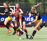 DEN BOSCH - Duel tussen Lidewij Welten (r) van den Bosch en Wieke Dijkstra van Laren, zondag tijdens de eerste finalewedstrijd , van de best of three ,  hoofdklassehockey tussen de vrouwen van Den Bosch en Laren (2-1). ANP KOEN SUYK