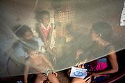 Codo_MA, Brasil...Jovem voluntaria da comunidade, participante do projeto Jovens Construtores do Saber cadastrando uma crianca  no Projeto Plan...A young volunteer of Jovens Construtores do Saber project, registering children in the Plan project...Foto: LEO DRUMOND /  NITRO