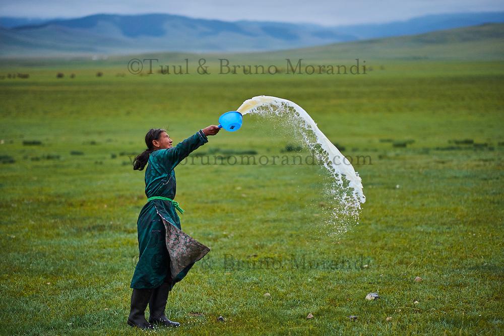 Mongolie, Province de Arkhangai, campement nomade, femme nomade faisant une offrande à Tengri, l'esrpits du Ciel // Mongolia, Arkhangai province, nomad woman making an offering to Tengri, the spirit of the sky