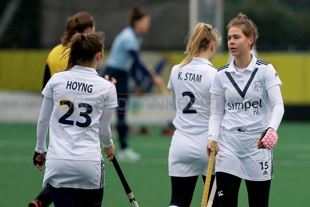 LAREN -  Hockey Hoofdklasse Dames: Laren v Pinoké, seizoen 2020-2021. Foto: Kelly Hoyng-Jonker (Pinoké, captain) en Josephine Murray (Pinoké)