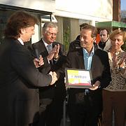 NLD/Tilburg/20060129 - Opening kapsalon John Beerens Tilburg, cheque overhandiging aan Johan Neeskens, stichting de Nees