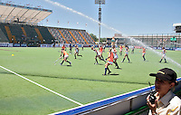 ROSARIO - Oranje speelt zich warm ,zaterdag voorNederland-China (3-1) bij de Champions Trophy Hockey 2012 voor vrouwen in het Argentijse Rosario.  ANP KOEN SUYK