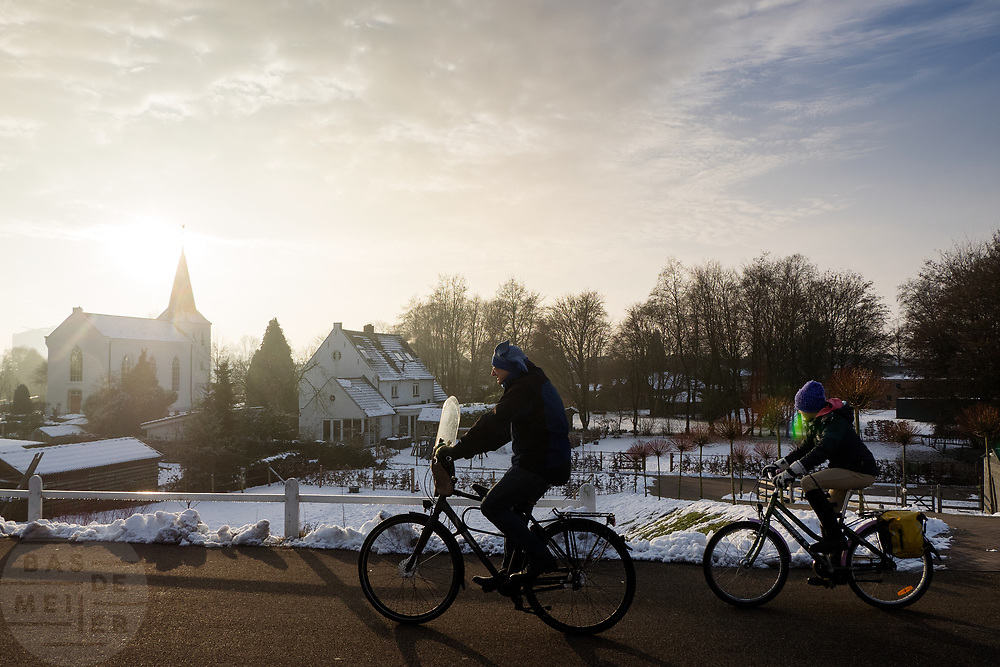 In Arnhem rijden fietsers door een winters landschap over het snelfietspad tussen Arnhem en Nijmegen.<br /> <br /> In Arnhem cyclist ride at a winter scenery.