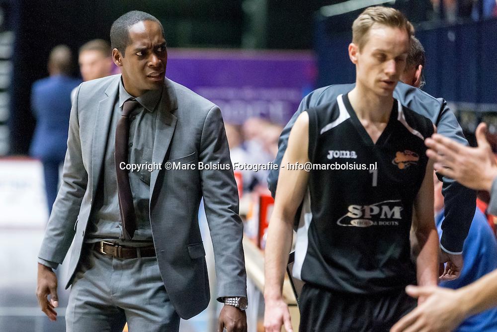 Nederland,  Den Bosxch, basketbalwedstrijd tussen SPM Shoeters en Donar. basketbal coach Sam Jones is slecht gehumeurd door het spel van zijn ploeg