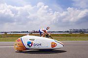 Jan en Theo Bos rijden naast elkaar, Het Human Powered Team Delft en Amsterdam presenteert de VeloX2, de fiets waarmee ze het wereldrecord willen verbreken dat nu op 133 km/h staat. Jan Bos, een van de rijders die het record gaat proberen te verbreken, gaat de strijd aan met zijn broer Theo Bos op de gewone racefiets. Jan wint uiteindelijk glansrijk en haalt 77,2 km/h.<br /> <br /> Jan and Theo Bos riding next to each other. Human Powered Team Delft and Amsterdam presents the VeloX2, the bike which they will attempt to set a new world record with. Jan Bos, on of the two cyclists who will try to ride faster than 133 km/h, is racing at the presentation against his brother Theo Bos, a former world champion and cyclist for the Rabobank Racing Team. Jan will defeat Theo, with a maximum speed of 77,2 km/h.