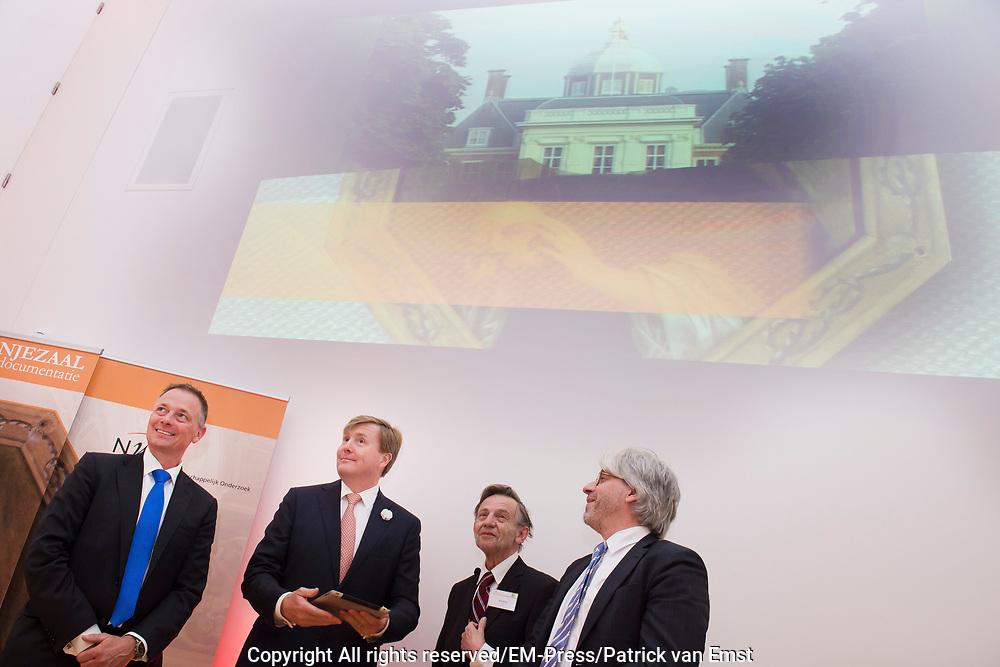 Koning Willem Alexander is bij de lancering van de website  in het Mauritshuis over de restauratie en kunsthistorisch onderzoek Oranjezaal.<br /> <br /> King William Alexander was at the launch of the website in the Mauritshuis on the restoration and art historical research Oranjezaal.<br /> <br /> Op de foto / On the photo:  Koning Willem Alexander verricht de openingshandeling door middel van een swipe over de ipad. Op de foto ook  Dr. L. Vertegaal directeur NWO Chemische en Exacte wetenschappen, Prof. dr. R.E.O. Ekkart  oud-directeur van het RKD en Dr. Ch. Stolwijk  directeur RKD / King Willem Alexander will host the opening through a swipe across the ipad