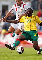 Fotball<br /> Kamerun v Georgia<br /> Lienz Østerrike<br /> 25.05.2010<br /> Foto: Gepa/Digitalsport<br /> NORWAY ONLY<br /> <br /> FIFA Weltmeisterschaft 2010 in Suedafrika, Vorberichte, Vorbereitung, Vorbereitungsspiel, Freundschaftsspiel, Laenderspiel, Kamerun vs Georgien. <br /> <br /> Bild zeigt Zurab Menteshashvili (GEO) und Dorge Kouemaha (CMR).