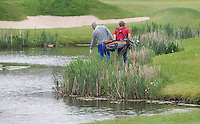 SPIJK - zoeken naar de bal die in het water is beland. golfwedstrijd op The Dutch golfbaan . COPYRIGHT KOEN SUYK