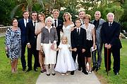 Wendy van Dijk en Erland Galjaard zijn getrouwd op Ibiza in het Agroturismo Atzaró . Agroturismo Atzaró bevindt zich in een sinaasappelboomgaard op het platteland van Ibiza. Dit mooie, landelijke hotel beschikt over een klein buitenzwembad en een kleine spa. <br /> <br /> Op de foto: <br />  Wendy van Dijk en Erland Galjaard met kinderen en familie