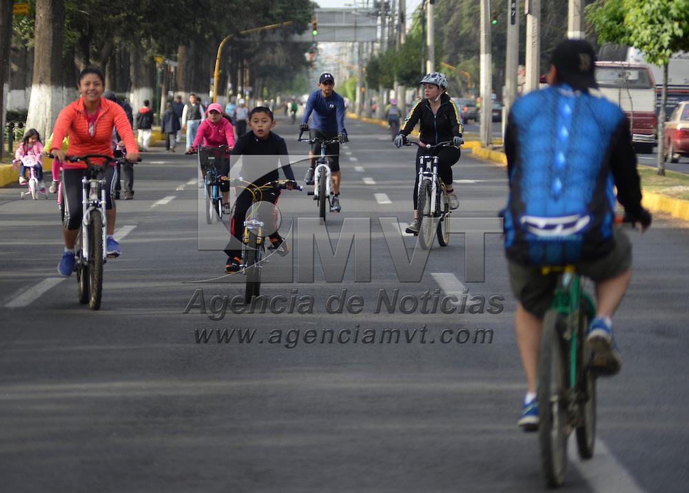 Toluca, Mexico.- Familias toluqueñas participaron en la rodada dominical como parte de los festejos del Día Mundial de la Bicicleta, e hicieron un llamado a la sociedad a utilizar más este vehículo para transportarse en la ciudad. Agencia MVT / Crisanta Espinosa