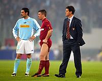 Fotball<br /> Serie A<br /> Lazio v Roma<br /> 21. mars 2004<br /> Foto: Digitalsport<br /> Norway Only<br /> Kampen mellom Lazio og Roma ble avbrutt. På bildet: Fabio Capello (Roma trener, til høyre), Stefano Fiore (Lazio) and Antonio Cassano (Roma)