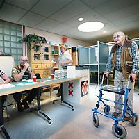 Nederland, Amsterdam , 9 juni 2010..Bejaarde stemmer bij het stembureau in Zorgcentrum Nieuw Geuzenveld in Amsterdam west..Foto:Jean-Pierre Jans