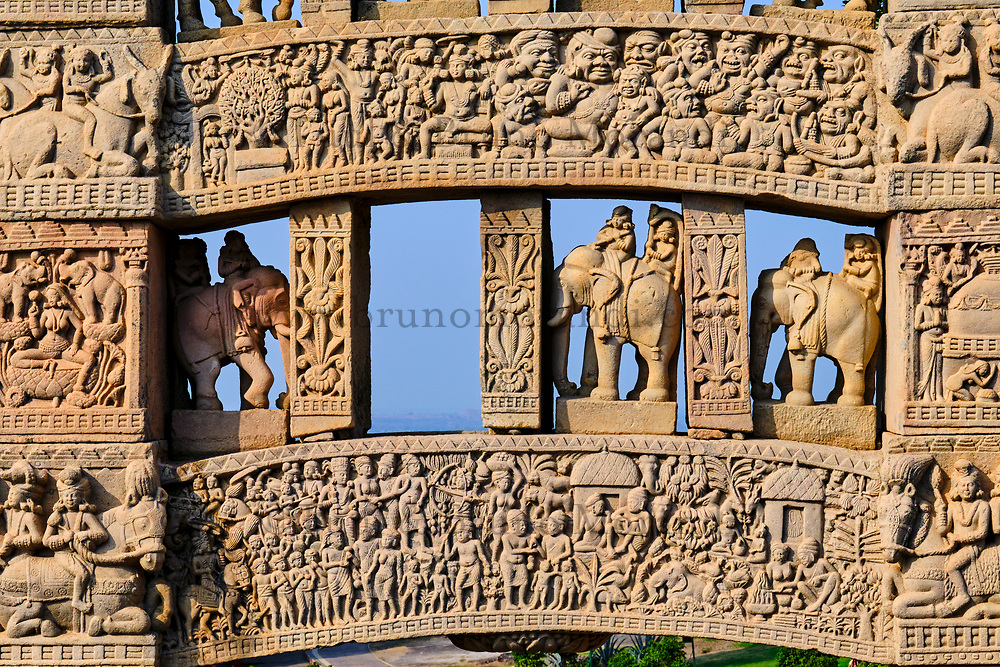 Inde, état du Madhya Pradesh, Sanchi, monuments bouddhiques classés Patrimoine mondial de l'UNESCO, le grand stupa, porte Nord // India, Madhya Pradesh state, Sanchi, Buddhist monuments listed as World Heritage by UNESCO, the main stupa a 2200 year old Buddhist monument built by Emperor Ashoka, Unesco World Heritage, north door